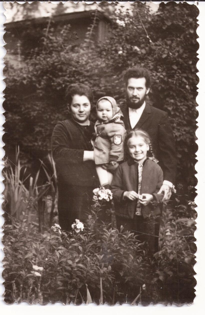 Семья: Лариса Николаевна, Екатерина, Мария, отец Леонид. 1973 г.